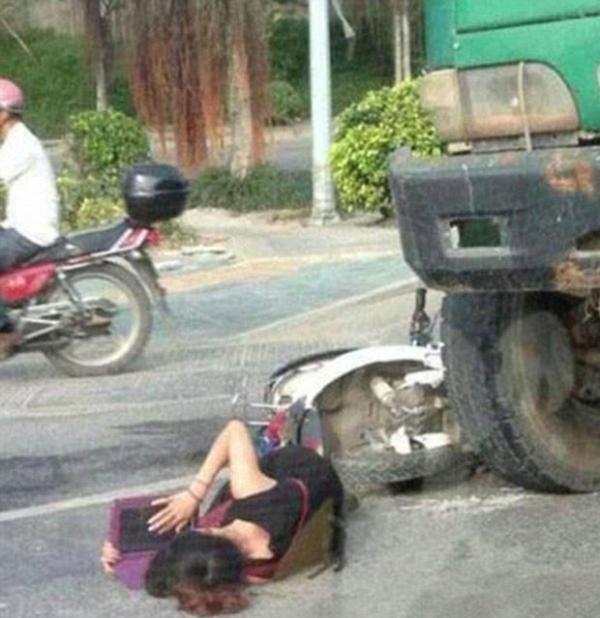 Garota sofre acidente de moto e resolve estudar inglês em seu tablet enquanto espera por socorro