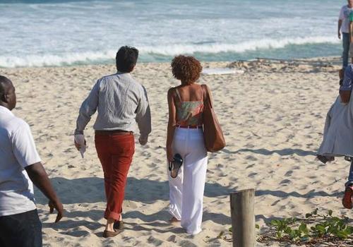 Murilo Benício e Taís Araújo gravam cena de novela na praia do Rio