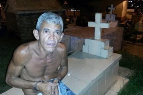 Coveiro traficante escondia drogas em sepulturas