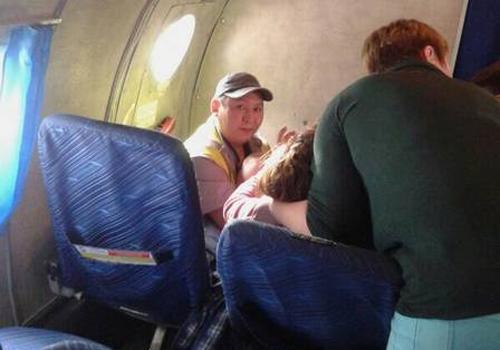 Grávida faz parto de emergência e dá à luz gêmeos durante voo na Rússia