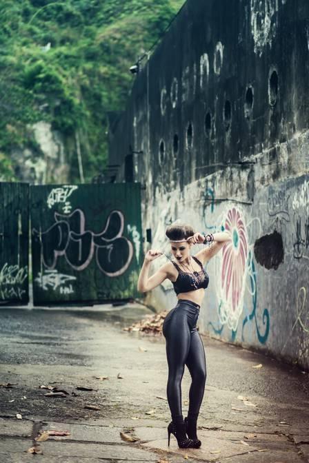 Rayanne exibe cinturinha e promete não engordar após casamento com Latino