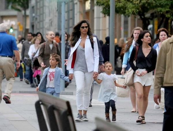 Sem o marido Matthee McConaughey, a modelo foi às compras com os pequenos
