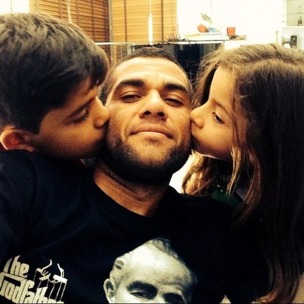 Concentrado com a Seleção, Daniel Alves posta foto dos filhos
