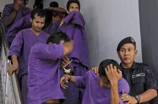 Garota de 15 anos foi estuprada brutalmente por 38 homens. A polícia já prendeu 13 integrantes da ?quadrilha do estupro?