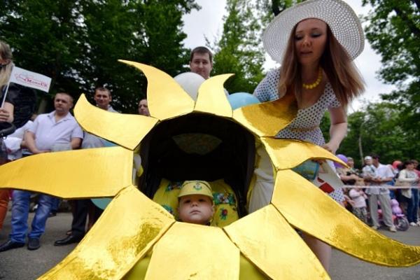 Pais e bebês competem com carrinhos fantasiados na Rússia