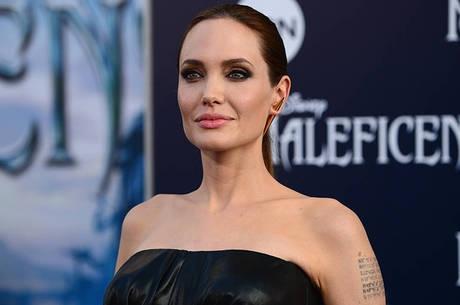Angelina Jolie é condecorada por rainha Elizabeth