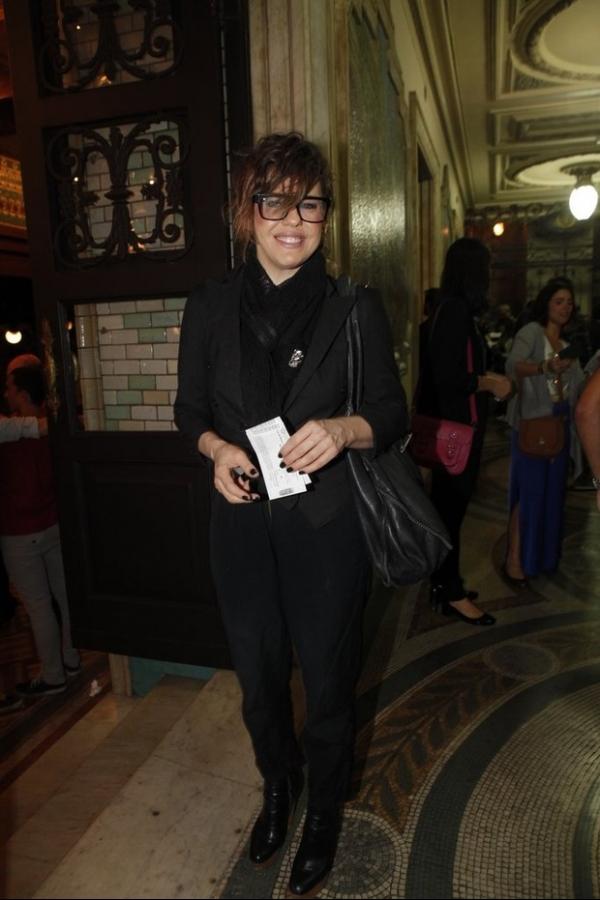 Bárbara Paz chama atenção com visual exótico em estreia de teatro
