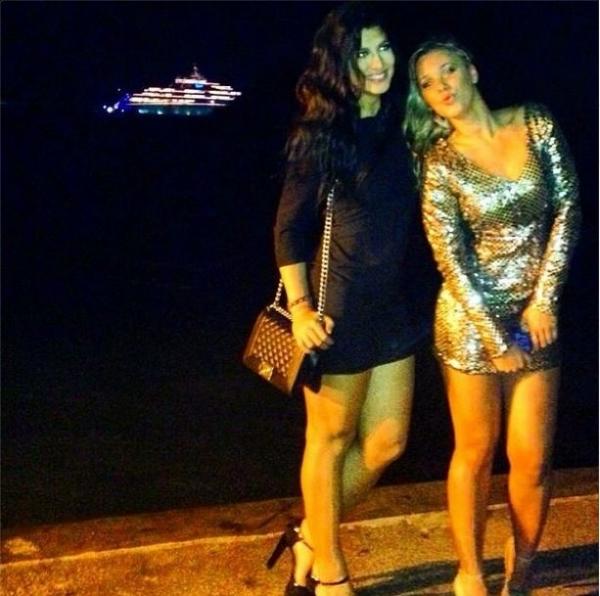 Ex-BBB Marien Carretero posa em B偂ios com iate de DiCaprio ao fundo