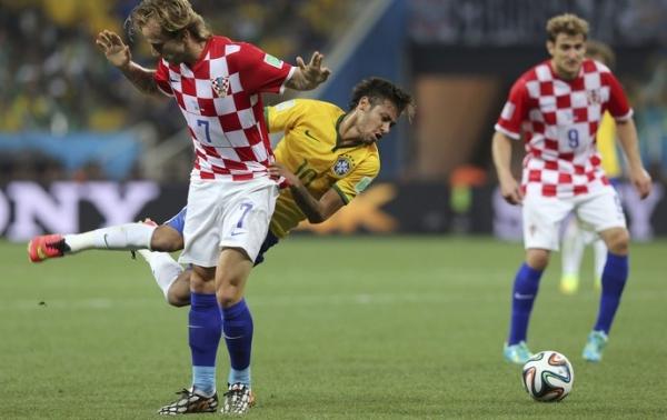 Faltoso na Copa das Confederações e pendurado, Neymar preocupa seleção