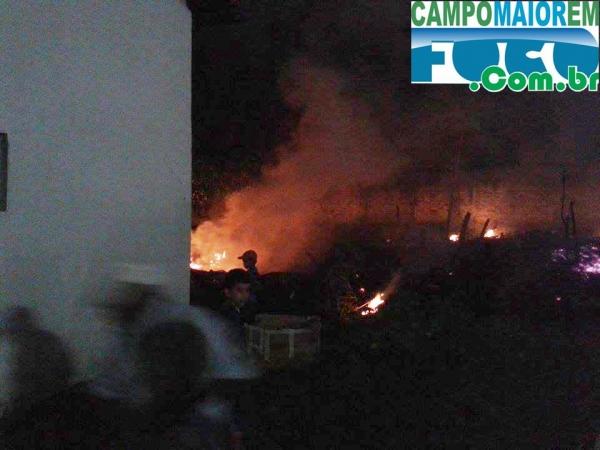Fogos de artif兤ios colocados pela Prefeitura provocam inc麩dio na Casa Paroquial