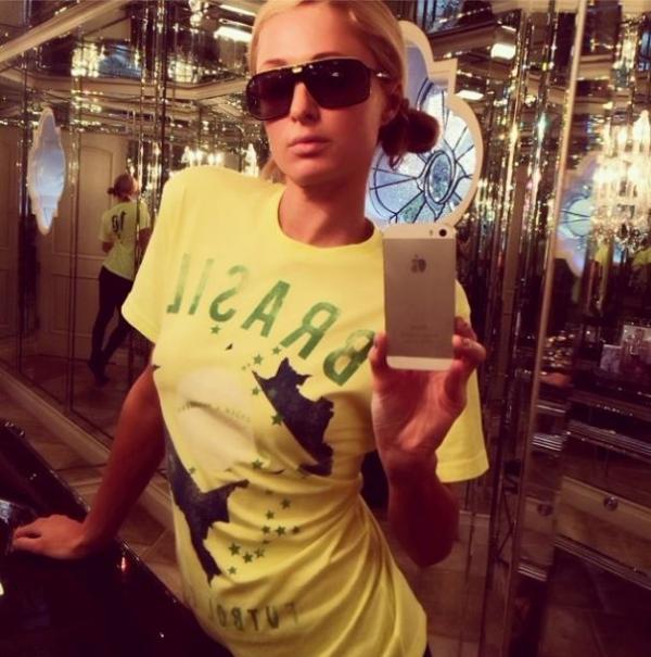 Paris Hilton faz homenagem ao Brasil na Copa