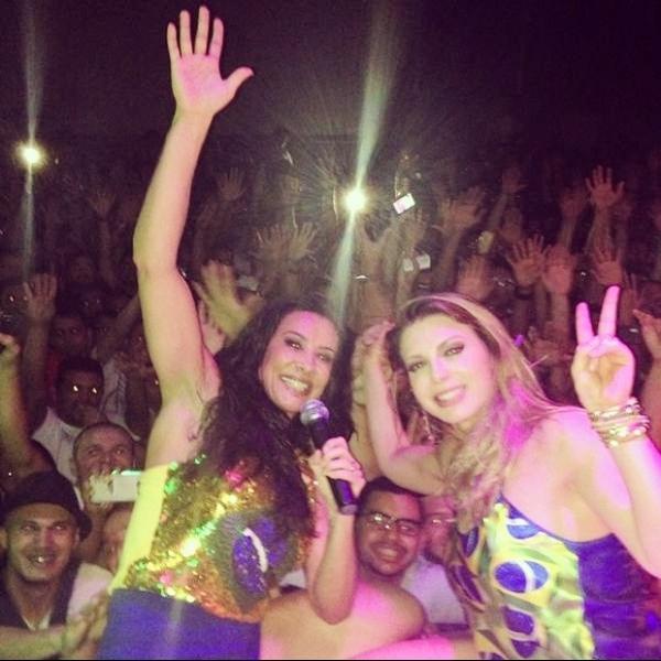 Com microshorts, Scheila Carvalho e Sheila Mello fazem show juntas