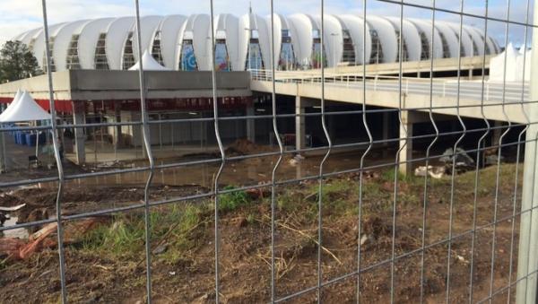 Entorno do Beira-Rio tem alagamento, entulho e vira piada no dia da estreia