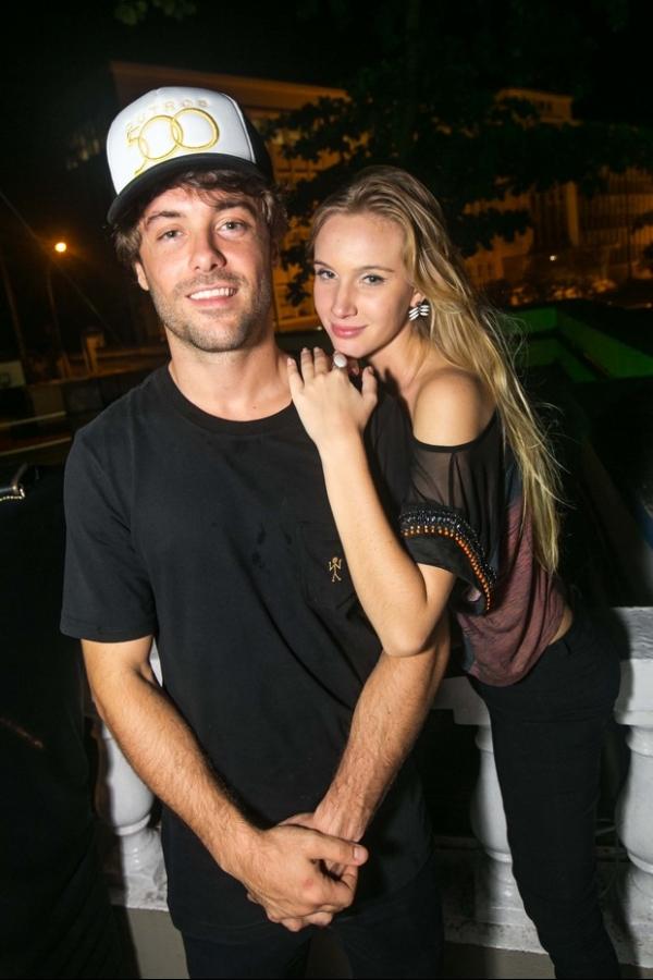 Kayky Brito leva beijo de loira no cangote em festa no Rio