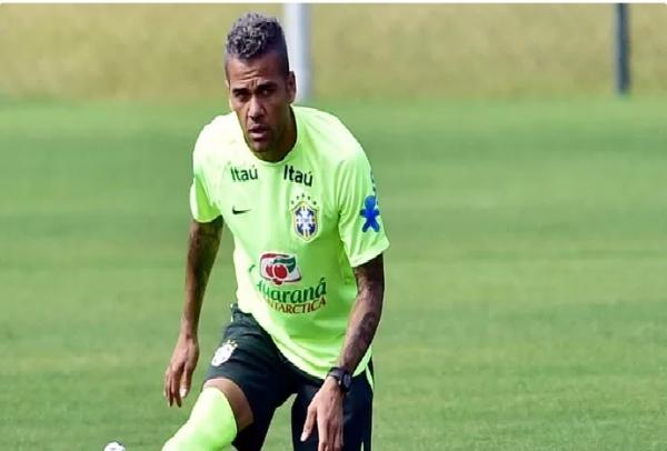 Neymar e Daniel Alves aparecem em treino da Seleção de cabelos pintados