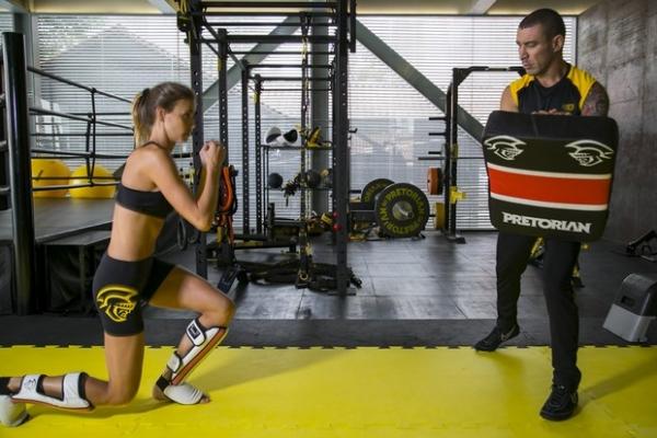 Tops como Izabel Goulart fazem treino funcional para garantir músculos