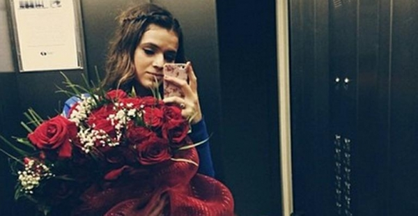 Bruna Marquezine ganha buquê de rosas vermelhas