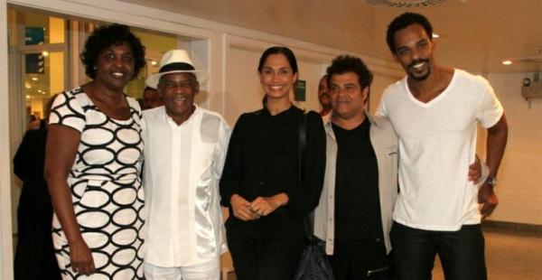 Camila Pitanga festeja aniversário do pai em show de Zeca Pagodinho