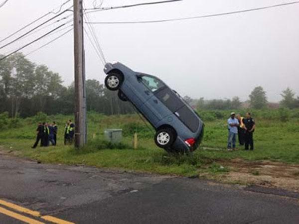 Idosa de 78 anos é resgatada após seu carro ficar preso em fios de poste