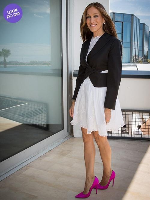 Look do dia: Sarah Jessica Parker usa modelito sóbrio mas sapato pink