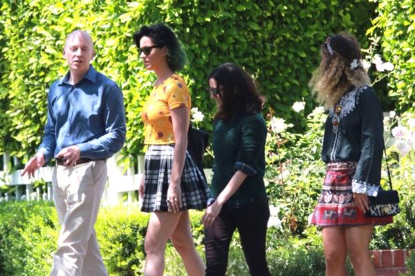 Ops! De sainha curta, Katy Perry abaixa e quase mostra demais