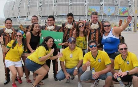 antes de a bola rolar contra o Brasil, torcida mexicana se fantasia e faz a festa ao redor do Castelão
