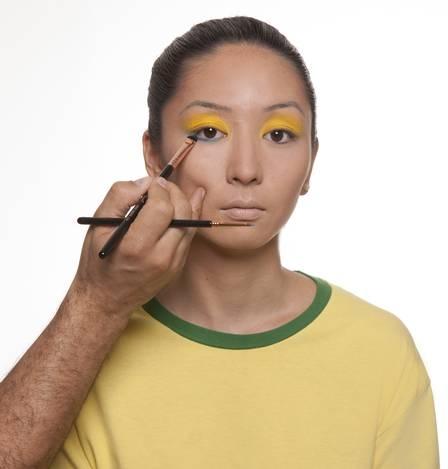 Aprenda a fazer uma maquiagem verde e amarela para torcer para o Brasil