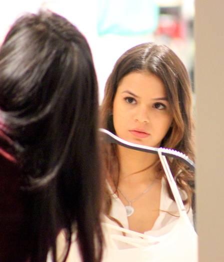 Bruna Marquezine, de shortinho, compra lingerie antes de reencontrar Neymar