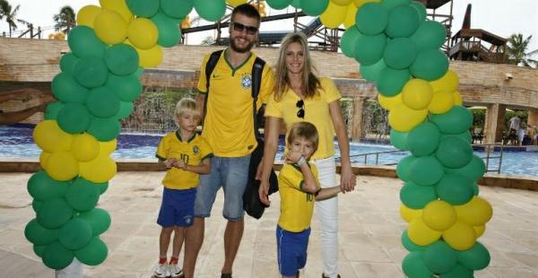 Fernanda Lima e Rodrigo Hilbert torcem pela Seleção com os gêmeos