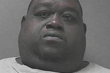 Homem obeso é preso após esconder maconha entre as dobras da barriga