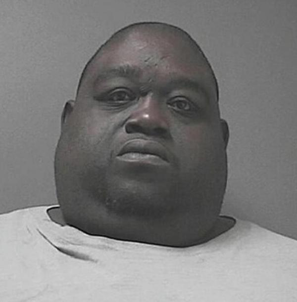 Homem obeso é preso por esconder maconha nas dobras de pele em sua barriga