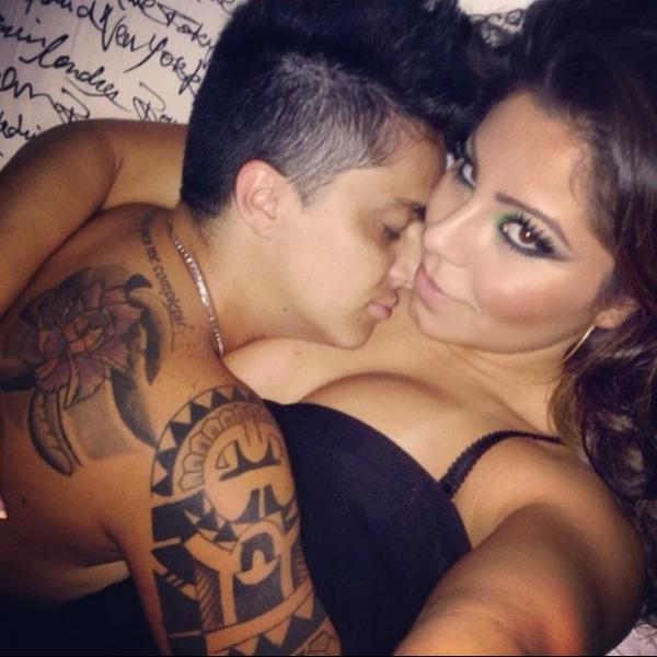Sem camisa, Thammy Miranda posa para foto agarrada com a namorada