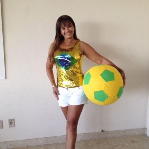 Solange Couto posa mais magra se preparando para torcer para o Brasil
