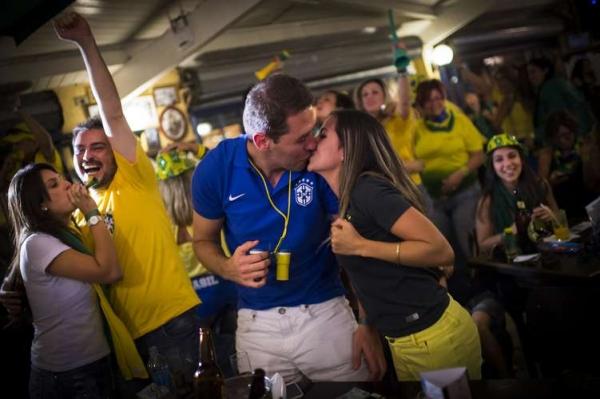Torcedores trocam beijos apaixonados durante Copa do Mundo
