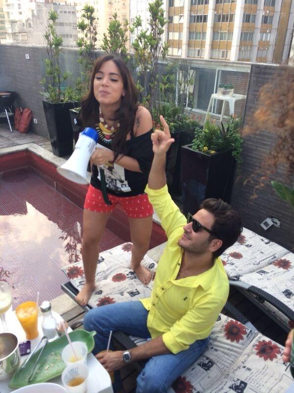 Anitta usa cueca samba-canção para torcer pelo Brasil em festa de estilista
