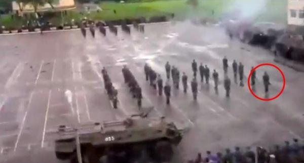 Assista ao momento chocante em que soldado russo é atropelado por tanque de 20 toneladas