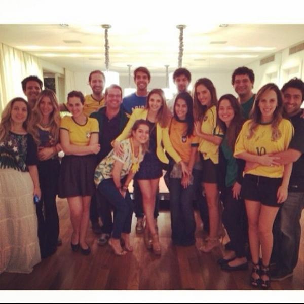 Carol Celico assiste a jogo do Brasil agarradinha com Kaká