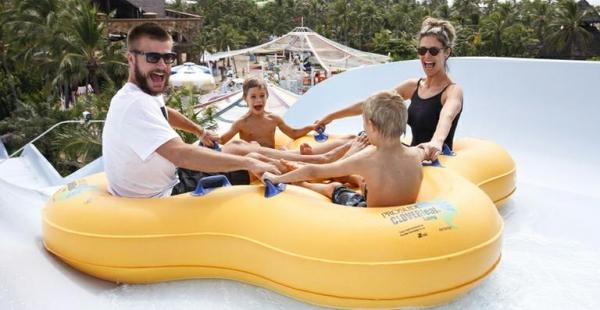 Fernanda Lima e Rodrigo Hilbert curtem parque aquático com os filhos gêmeos