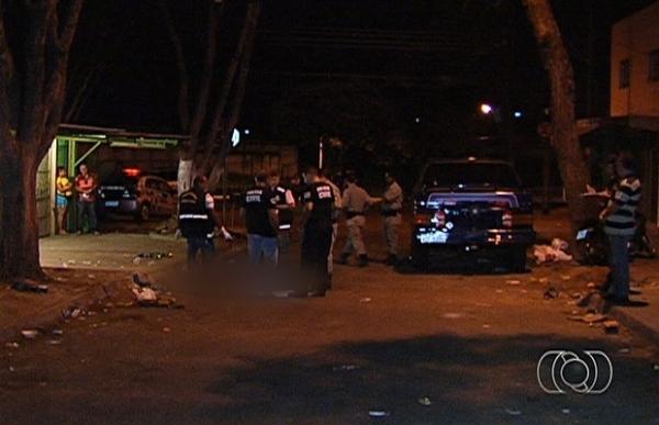 Homem  morto a tiros na frente da mulher e dos filhos na rua de sua casa em GO