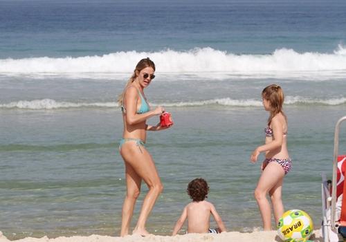 Letícia Birkheuer garante diversão com o filho em praia do Rio; fotos