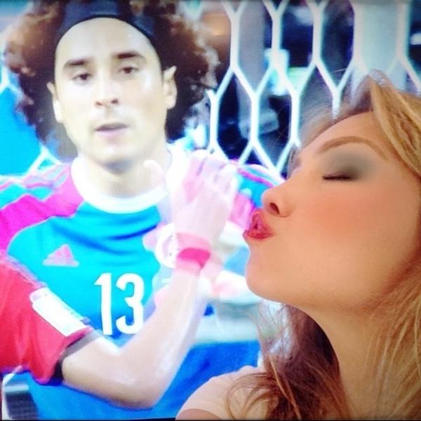 Thalia comemora o 0x0 entre Brasil e México e pede goleiro em casamento