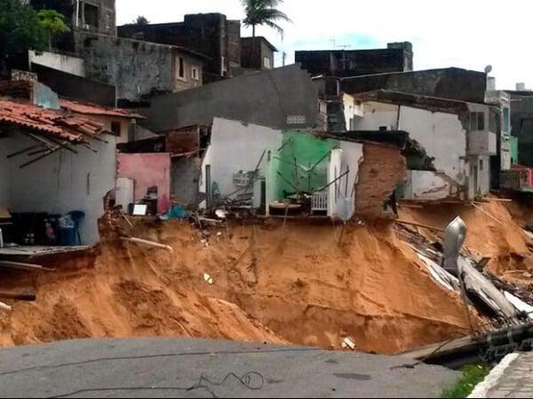 Carros ficam soterrados após novo deslizamento em Mãe Luíza, em Natal