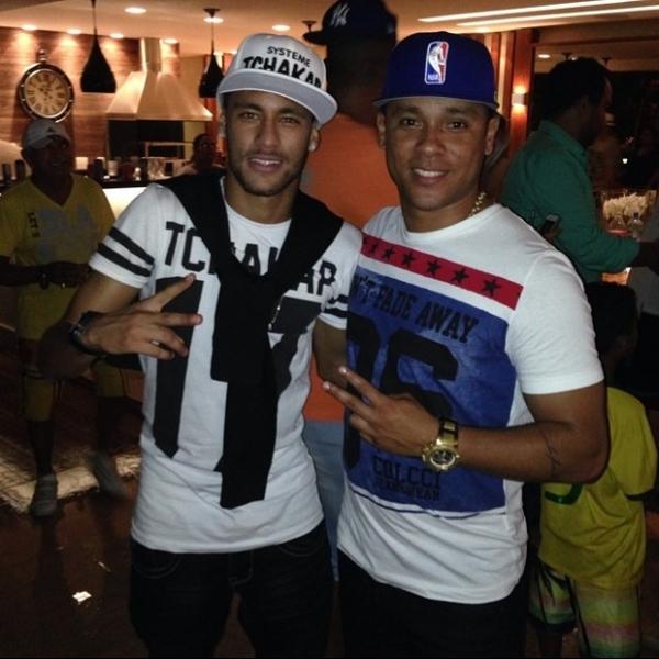 De folga, Neymar e Daniel Alves curtem churrasco com as namoradas