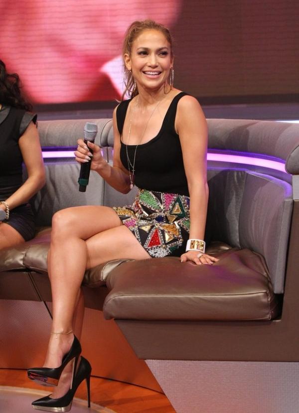 Jennifer Lopez usa saia curtinha em programa de televisão