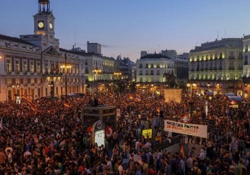 Após rei espanhol abdicar, milhares em 60 cidades defendem referendo sobre monarquia