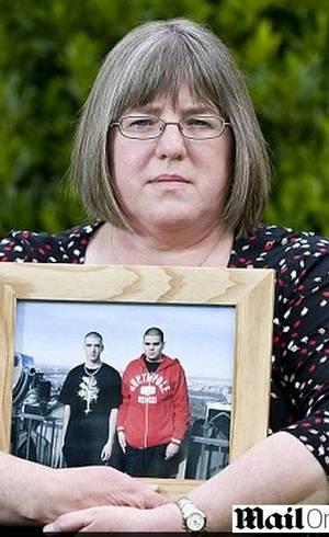 Britânica entrega filho islâmico à polícia com medo de que ele se torne um homem bomba