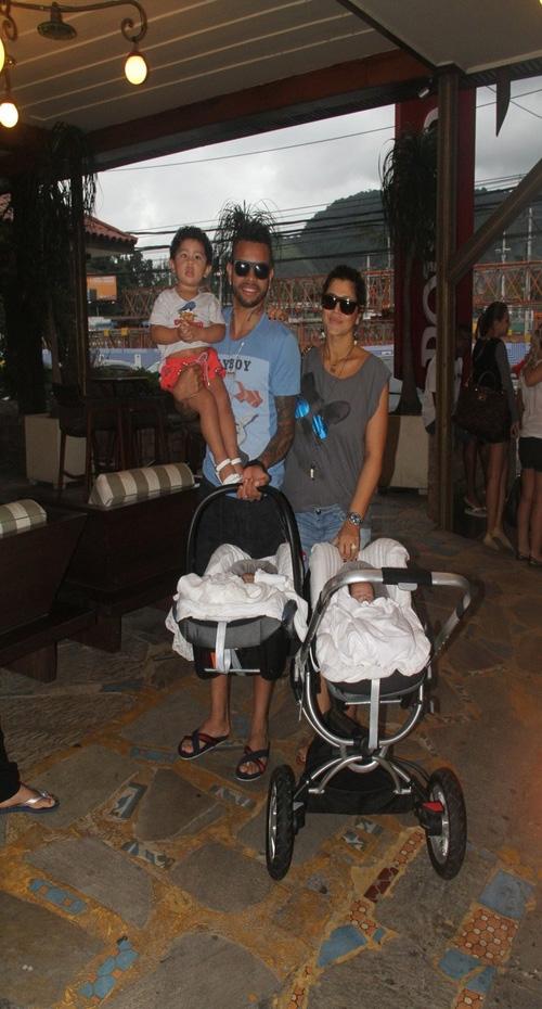 Dani Souza posta foto de Dentinho com o filho: