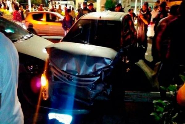 Enciumado, advogado bate carro em vários veículos na porta de restaurante no RN
