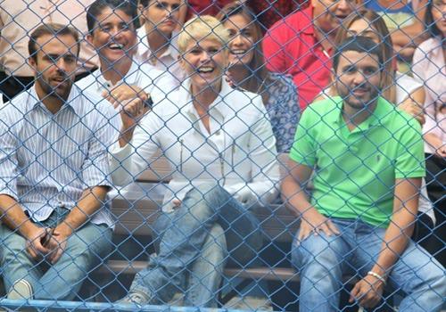 Xuxa marca presença em jogo de futebol organizado por sua associação