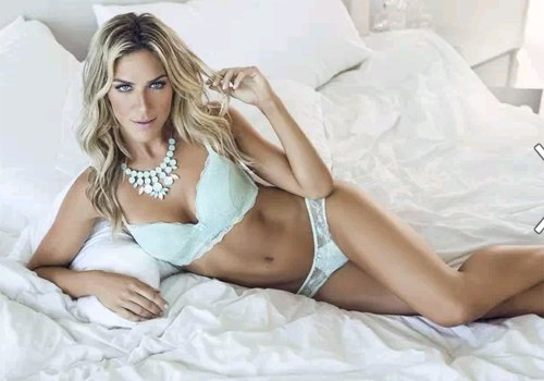 Gio Ewbank posa de noiva para marca de lingerie